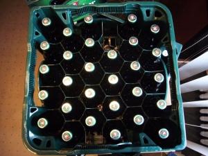 Platzsparender Kasten mit der neuen Steinie-Flasche.