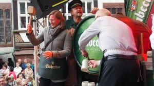 Dr. Sabine Michalek hat bei der Eulenfest-Eröffnung auf dem Marktplatz mit drei Schlägen die Winterbock-Saison 2014 gestartet.
