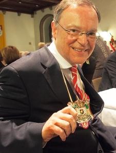 Ministerpräsident mit Bierorden: Stephan Weil.
