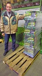 Brauhaus-Logistik-Chef Thomas Asmer zeigt, wie das Mai-Ur-Bock immer öfter in den Getränkehandel kommt: in Sixpacks auf Paletten.