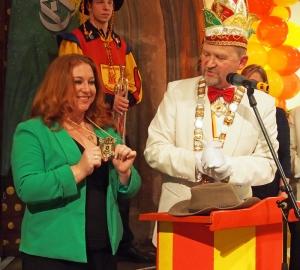 Ihren Hut aus dem Dschungelcamp lässt die neue Einbecker Bierorden-Trägerin Rebecca Siemoneit-Barum zugunsten des Einbecker Bürgerspitals versteigern. Karnevals-Präsident Albert Eggers (r.) freut's.