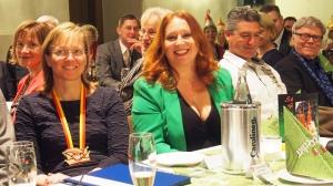 Bierordenträgerin mit Bürgermeisterin Dr. Sabine Michalek (l.), Ehemann Pierre sowie Vater (und Bierordenträger) Gerd Siemoneit-Barum.