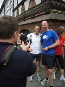 Organisationschef Lars Engelke (r.) mit Dieter Baumann 2012 in Einbeck.