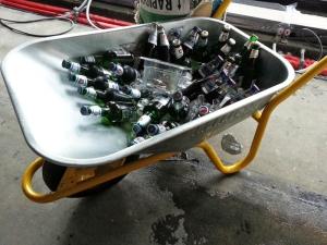 Schubkarre mit Einbecker Bier beim Richtfest im Hotel Freigeist.