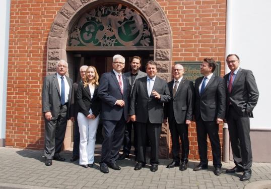 Dr. Wilhelm Priesmeier (SPD-MdB), Knut Schiemann (Vorsitzender), Irina Bohne und Arnold Schwulera,