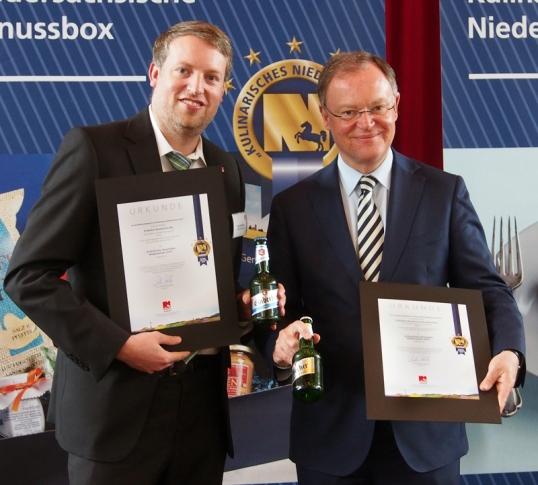 Auszeichnung fürs Einbecker Bier: Ministerpräsident Stephan Weil und Brauhaus-Marketingleiter Ingo Schrader (l.) 2014.