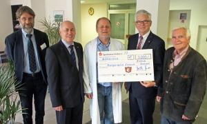 Scheckübergabe (v.l.): Hans-Martin Kuhlmann, Lothar Gauß, Dr. med. Olaf Städtler, Walter Schmidt, Jochen Beyes.
