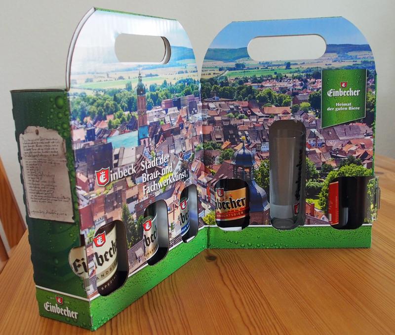 Aufklappt bietet die Verpackung einen Blick auf Stadt und Bierflaschen.