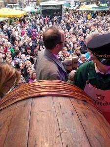 Das Publikum auf dem Marktplatz bei der Eulenfest-Eröffnung wartete durstig.