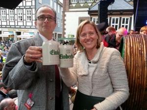 Prost, Winterbock: Bürgermeisterin Dr. Sabine Michalek mit Brauhaus-Vorstand Martin Deutsch.