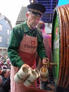 Bierkutscher Albert Eggers schenkte ein.