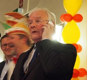 Busemann am Handy in der Bütt: die Kanzlerin klingelte durch.