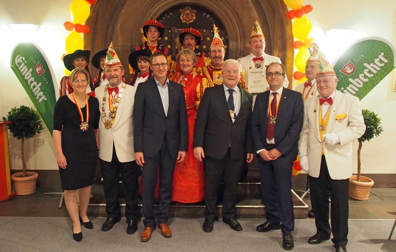 Der neue Bierorden-Träger im Kreis der Karnevalisten sowie MdB Dr. Roy Kühne und Brauhaus-Vorstand Martin Deutsch (3.v.r.).