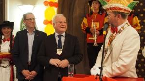 Karnevalspräsident Albert Eggers (r.) verlieh den Bierorden an Bernd Busemann. Links Laudator Dr. Roy Kühne.