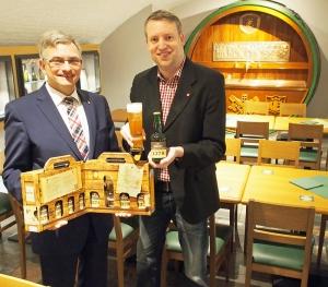 Ulrich Meiser (links) und Ingo Schrader mit dem neuen Ainpöckisch Bier.