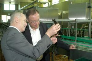 Ministerpräsident Stephan Weil (r.) mit Vorstandsprecher Lothar Gauß in der Einbecker Abfüllung. Archivfoto 2012