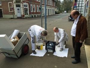 Malermeister Peter Zieseniß (r.) und seine Mitarbeiter haben die Bierfass-Symbole neu gesprüht. Foto: Einbeck Marketing GmbH