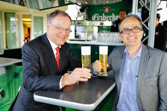 Ministerpräsident Stephan Weil (links) und Vorstand Martin Deutsch. Foto: Einbecker Brauhaus AG/Tom Gerhardt