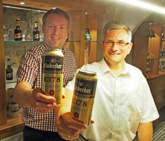 """Die ersten Dosen """"Ainpöckisch Bier 1378"""" sind abgefüllt: Ingo Schrader (l.) und Ulrich Meiser von der Einbecker Brauhaus AG."""