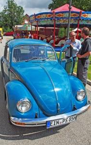 Martin Deutsch informiert sich über die Besonderheiten des VW Käfer.