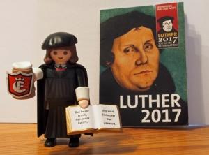Die Luther-Playmobilfigur hat die Einbecker Touristinfo mit Bierkrug versehen.