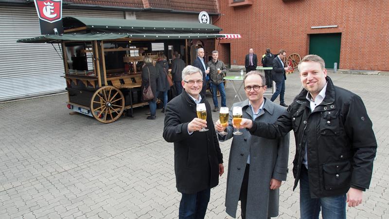 Ulrich Meiser, Martin Deutsch und Ingo Schrader (v.l.) vor der Bockbierkutsche.